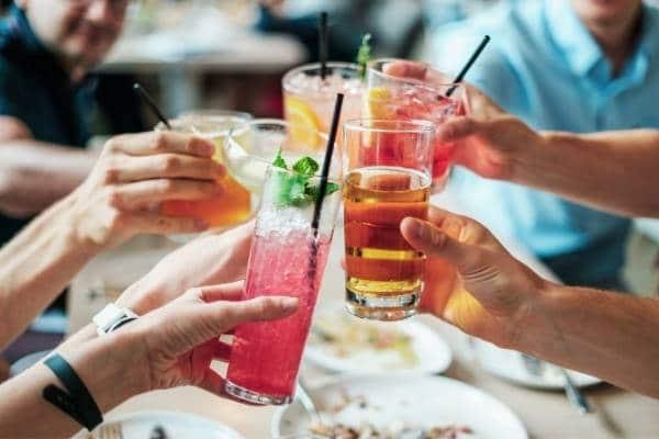 evita tomar bebidas